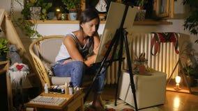 Zeichnung der jungen Frau etwas ih ner Studio stock video footage