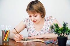 Zeichnung der jungen Frau am Schreibtisch Lizenzfreies Stockbild