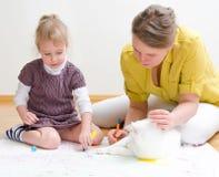 Zeichnung der jungen Frau und des kleinen Mädchens Stockbild
