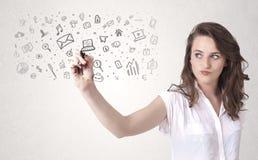 Zeichnung der jungen Frau und skizzieren Ikonen und Symbole Lizenzfreie Stockfotos