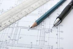 Zeichnung des Gebäudes, der Bleistifte und des Machthabers Stockbild