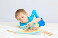 Zeichnung des kleinen Jungen Lizenzfreie Stockfotos