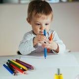 Zeichnung des kleinen Jungen lizenzfreie stockfotografie