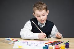 Zeichnung des kleinen Jungen etwas lizenzfreie stockfotografie