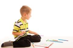 Zeichnung des kleinen Jungen Kindermit Farbbleistiften Lizenzfreie Stockfotos