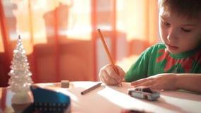 Zeichnung des kleinen Jungen mit farbigen Bleistiften 2 stock video