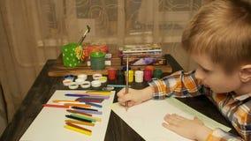 Zeichnung des kleinen Jungen mit farbigen Bleistiften 2 stock video footage