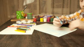 Zeichnung des kleinen Jungen mit farbigen Bleistiften 3 stock footage