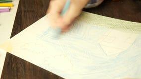 Zeichnung des kleinen Jungen mit farbigen Bleistiften stock video footage