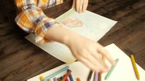 Zeichnung des kleinen Jungen mit farbigen Bleistiften stock video
