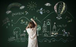 Zeichnung des kleinen Mädchens auf einer Tafel Lizenzfreie Stockfotografie