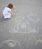 Zeichnung des kleinen Mädchens draußen Lizenzfreies Stockbild