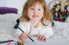 Zeichnung des kleinen Mädchens im Bett stockfotos