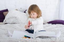 Zeichnung des kleinen Mädchens im Bett stockfotografie