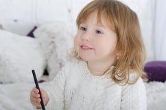 Zeichnung des kleinen Mädchens im Bett Lizenzfreie Stockbilder