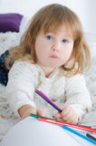 Zeichnung des kleinen Mädchens im Bett stockbilder