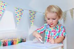 Zeichnung des kleinen Mädchens mit bunten Bleistiften Lizenzfreies Stockfoto