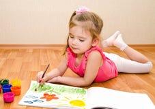 Zeichnung des kleinen Mädchens mit Farbe Lizenzfreie Stockfotografie