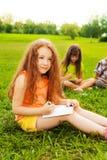 Zeichnung des kleinen Mädchens mit Freunden Stockbilder
