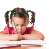 Zeichnung des kleinen Mädchens mit Konzentration lizenzfreies stockfoto