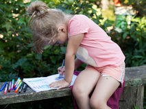 Zeichnung des kleinen Mädchens von den Filzstiften Stockbild