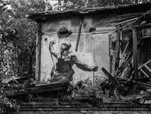 Zeichnung eines russischen Soldaten mit einem Gewehr auf der Wand der Ruinen stockbilder