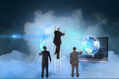 Zeichnung mit drei Modellen gegen Himmelhintergrund lizenzfreie stockfotos