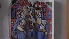 Zeichnung mittelalterlichen Buntglaskönigs und -königin stock video