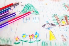 Zeichnung und farbige Bleistifte des Kindes Stockfotos