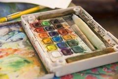 Zeichnung und Kunst: Aquarellfarbe, Bürsten, farbige Bleistifte Lizenzfreies Stockbild