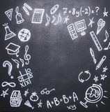 Zeichnungen auf der Tafel auf dem neuen Studienjahr, Fall, Schulbedarf, Platztext, Rahmen Stockfotografie