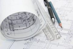 Zeichnungen des Gebäudes und der Bleistifte Lizenzfreies Stockbild
