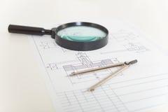 Zeichnungen, Vergrößerungsglas und Kompassse stockbilder