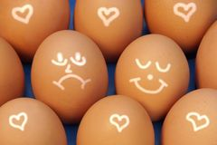 Zeichnungs-Gesichter auf Eiern, XXXL-Hintergrund Stockfoto