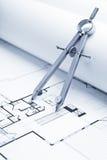 Zeichnungs-Kompaß auf Lichtpause-Fußboden-Plänen Stockbild