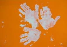 Zeichnungs-Wasserfarbenlacke der Kinder auf einem Papier Lizenzfreies Stockfoto