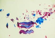 Zeichnungs-Wasserfarbenlacke der Kinder auf einem Papier Lizenzfreies Stockbild