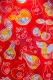 Zeichnungsfrucht auf rotem transparentem Glas Stockfotografie