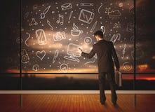 Zeichnungsgeschäftsmann mit Social Media-Ikonenhintergrund Stockfoto