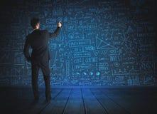 Zeichnungsgeschäftsmann mit Wirtschaftsprojekthintergrund Lizenzfreie Stockbilder