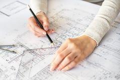 Zeichnungshände des Ingenieurs Lizenzfreies Stockfoto