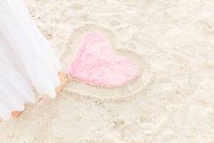Zeichnungsherz auf dem Sand Stockbild