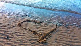 Zeichnungsherz auf dem Sand Lizenzfreies Stockfoto