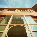 Zeichnungskompaß über einem tiefen blauen Hintergrund Bulding in Boston, Massachusetts, USA Lizenzfreie Stockbilder
