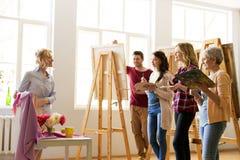 Zeichnungslehrer und -studenten an der Kunstakademie Stockfotos