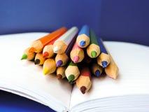 Zeichnungslektionen in der Schule des Kunstbürosatzes Lizenzfreie Stockfotografie