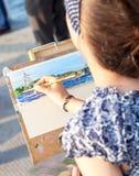 Zeichnungsmarinekriegsschiffe der jungen Frau am Freien am sonnigen Tag Lizenzfreie Stockbilder