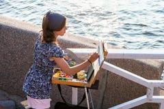 Zeichnungsmarinekriegsschiffe der jungen Frau am Freien am sonnigen Tag Stockfotos