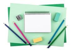 Zeichnungsmaterialien auf strukturiertem farbigem Papier Stockfotografie