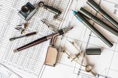Zeichnungsschreibtisch mit Werkzeugen für das Zeichnen stockfotografie